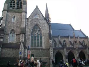 Pie šīs katedrāles atrodas Molly Malone skulptūra