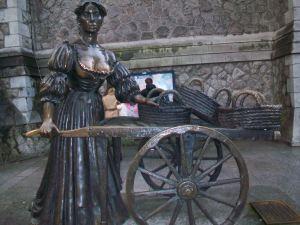 Viens no simboliem - Mollijas Melones skulptūra